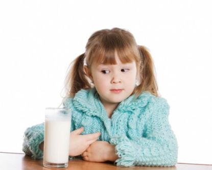Niña vaso de leche