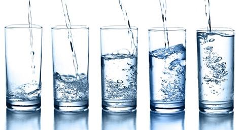 Vasos de agua mineral