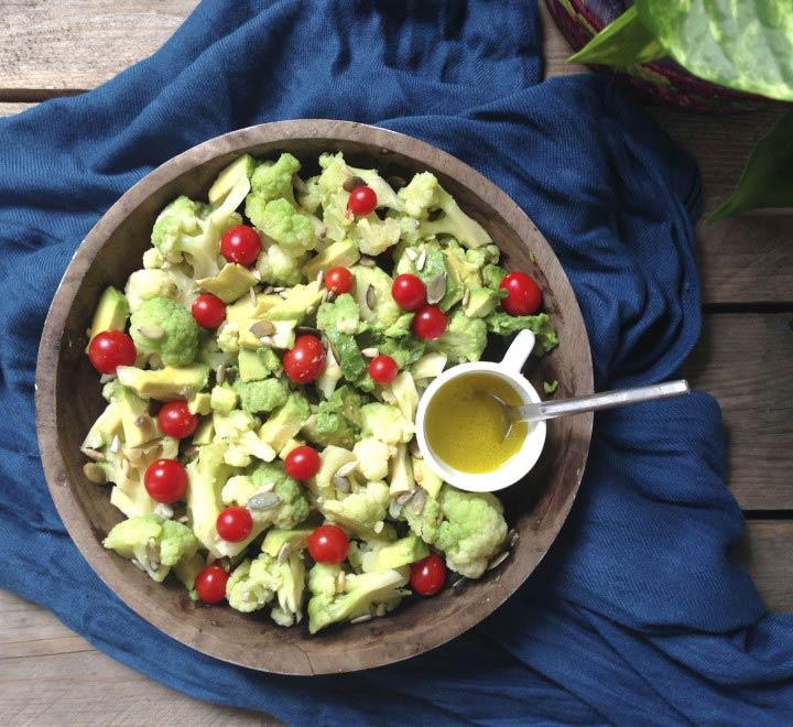 Ensalada de brócoli, aguacate y tomate
