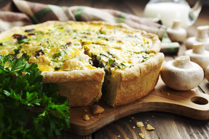 Pie with mushrooms, chicken and herbs