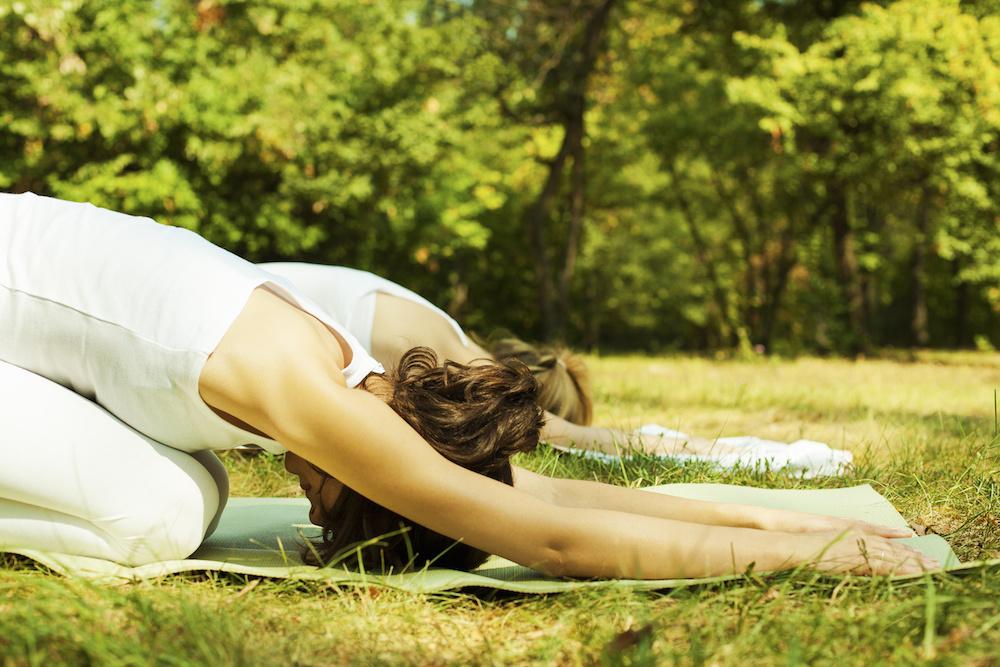 Estiramientos y yoga en el parque