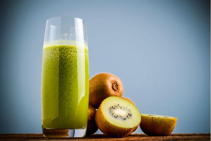 El kiwi es un ingrediente excelente para los jugos verdes.