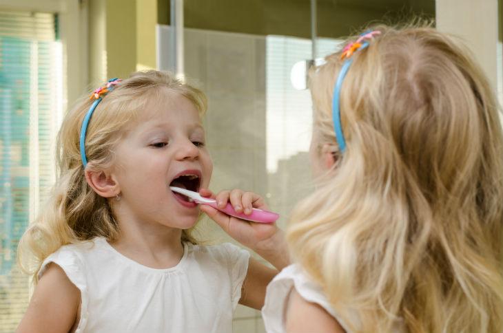 niña dientes cepillo