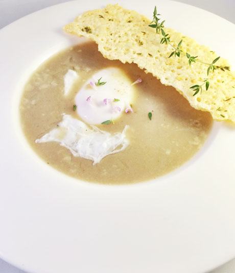 Sopa de ajo y tomillo con huevo y teja de parmesano