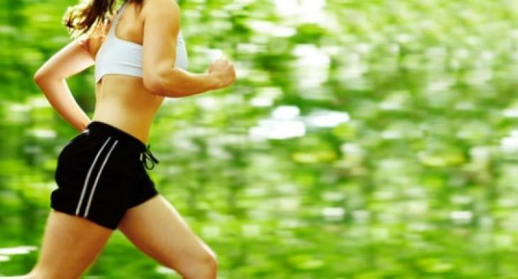 mujer corriendo bosque