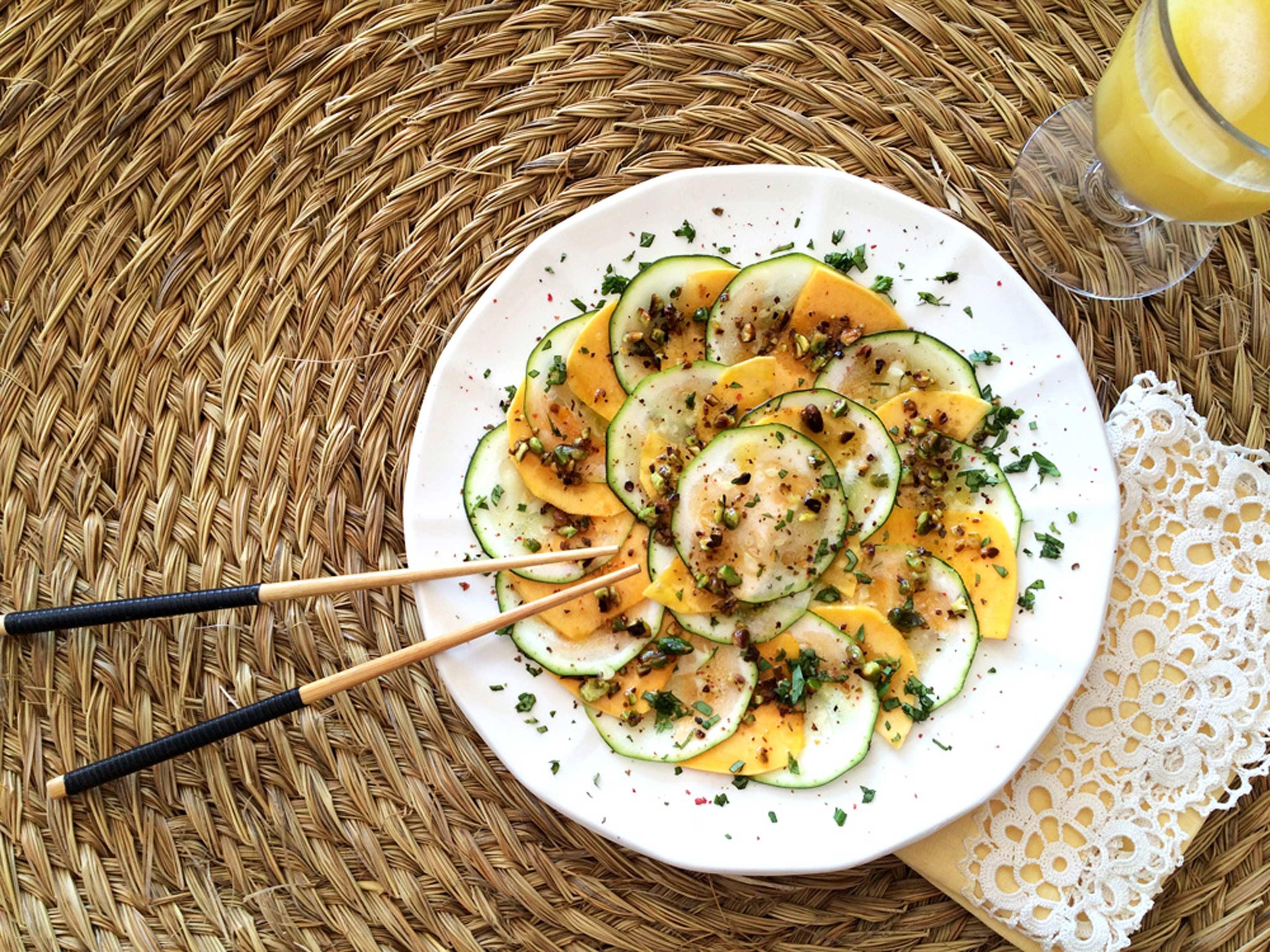 Carpaccio con vinagreta de pistachos