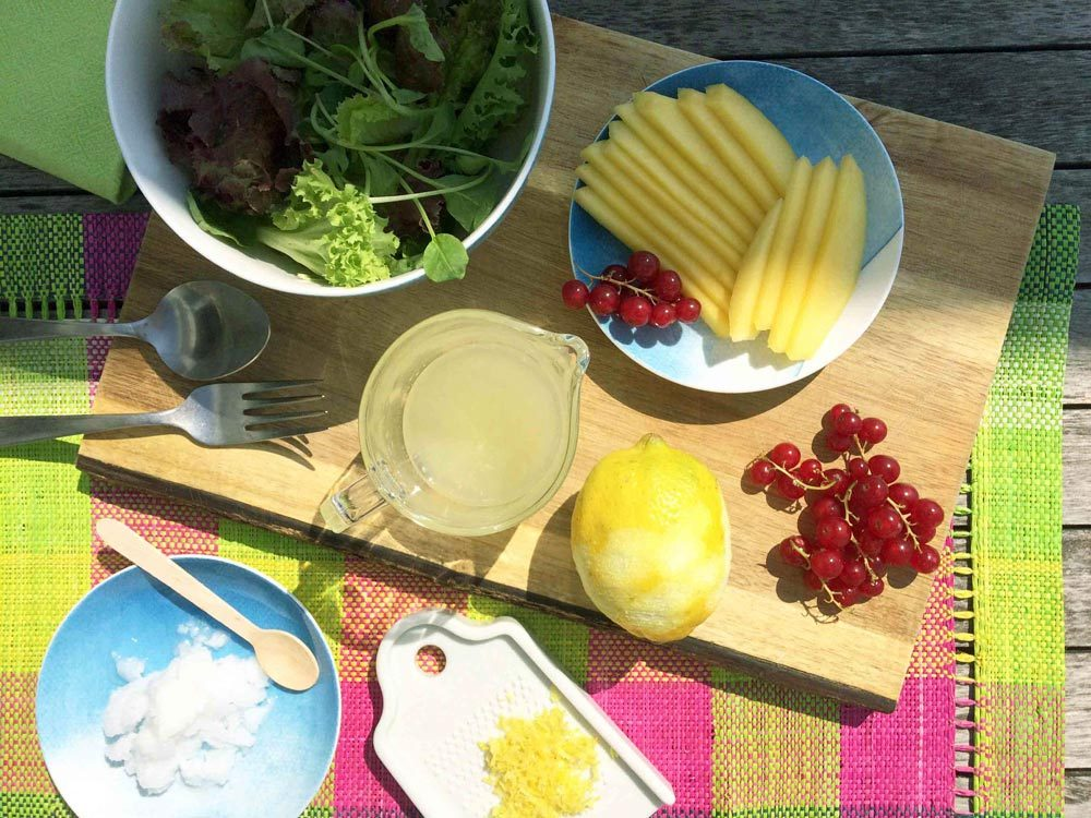 Ingredientes preparados de la ensalada tropical de mango coco limón fresh