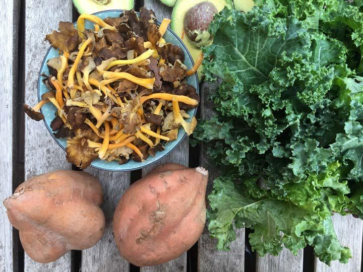 Col kale, rebozuelos y boniatos