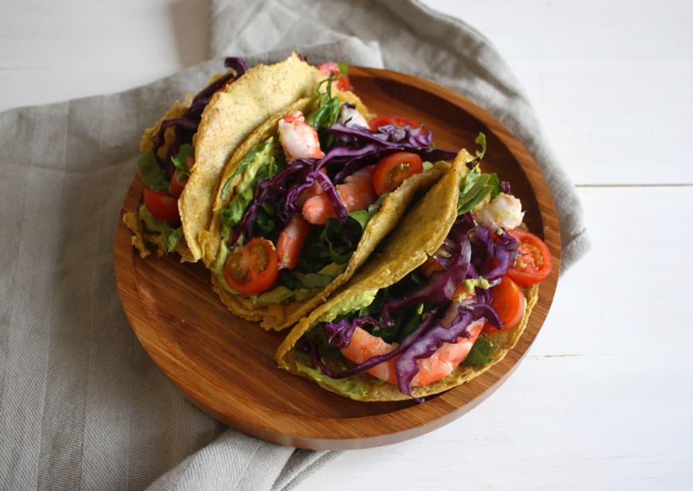 Tacos paleo de plátano macho con vegetales, langostinos y salsa de aguacate al curry