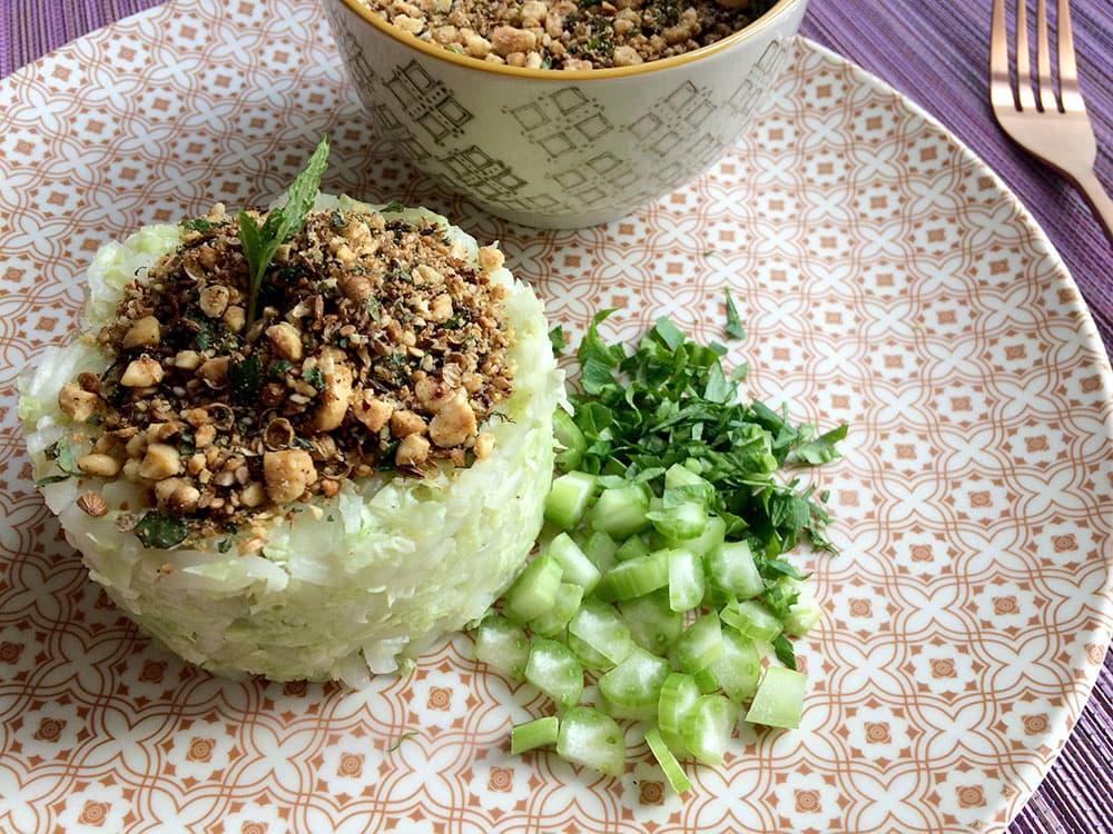 Receta de ensalada detox de col china con crujiente dukkah por Cristina Arroyo