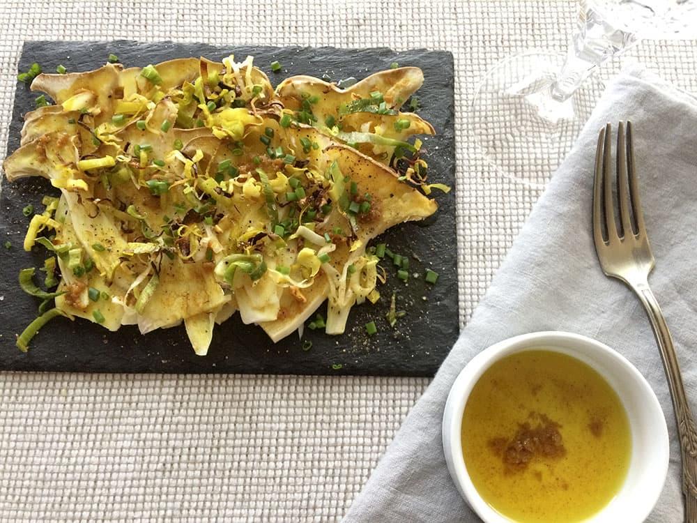 Carpaccio medicinal de setas con chips de puerro y salsa de miso-cúrcuma