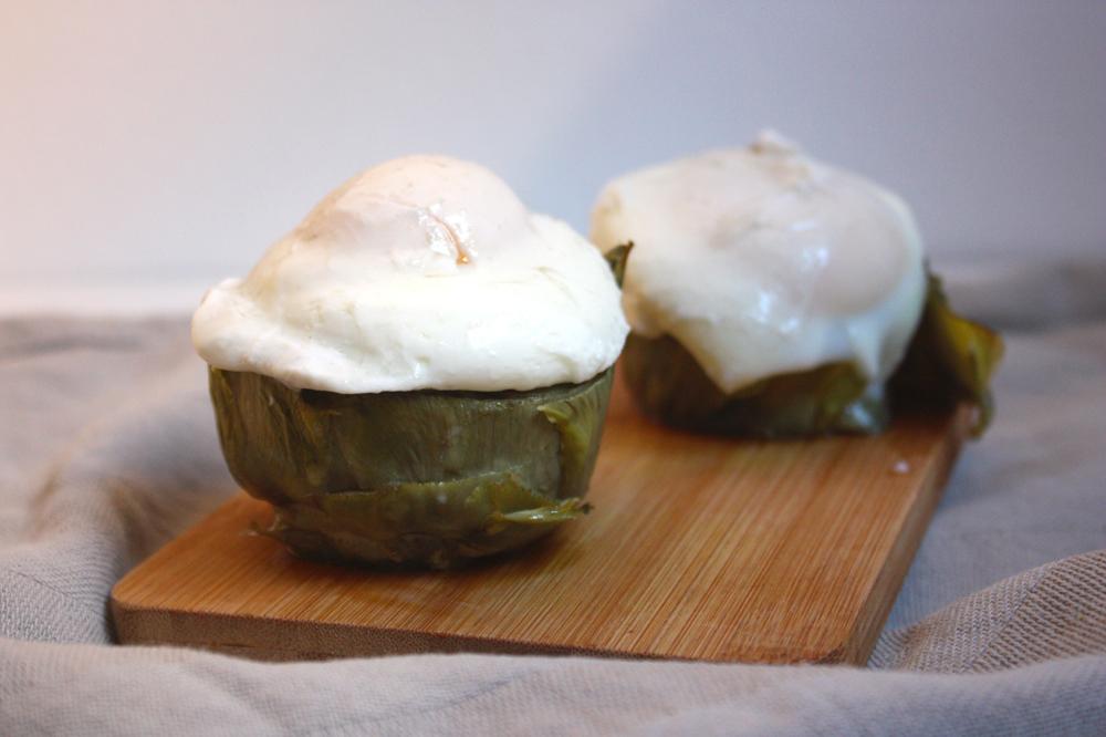 Huevos Benedict sobre alcachofas