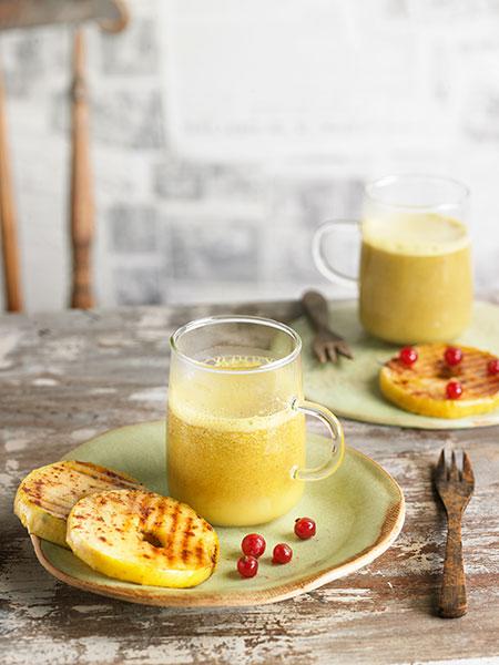 Receta de cúrcuma latte con rosquillas de manzana Fotos: Becky Lawton