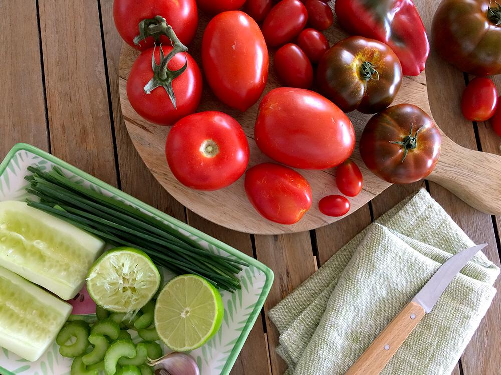 Ingredientes preparados para la receta de gazpacho de limacoco