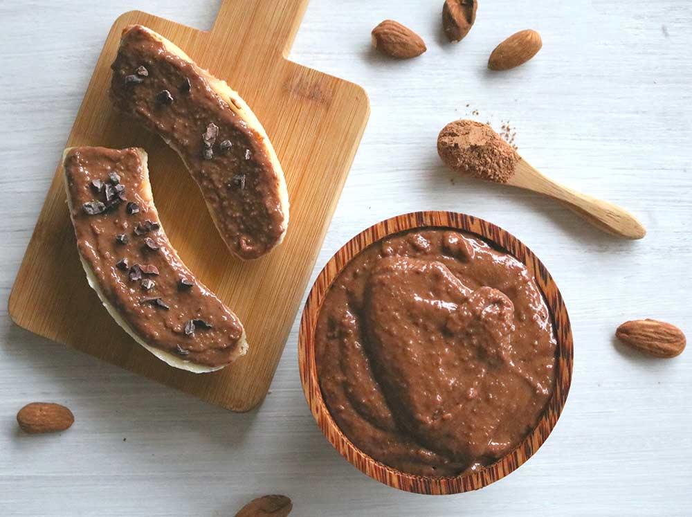Desayunos dulces con crema de almendras y dátiles