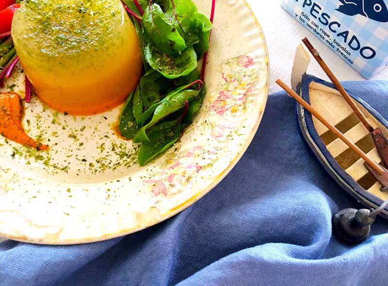 Flan refrescante de caldo de pescado, algas y salsa ligera de romesco