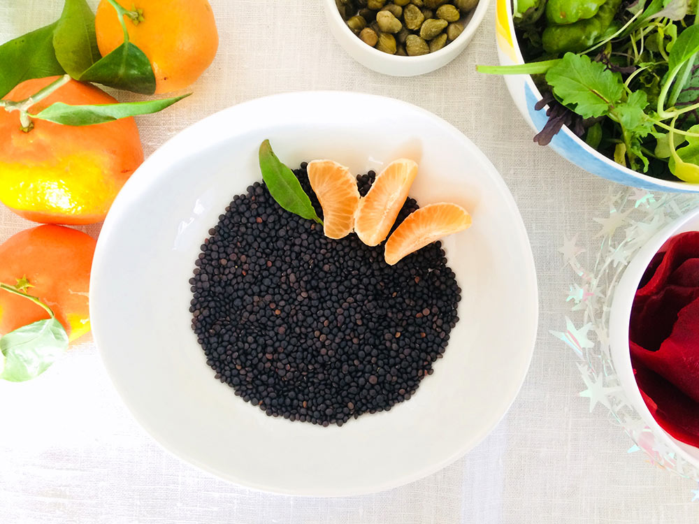 Ensalada sorprendente de lenteja caviar con dulce de mandarina y alcaparras