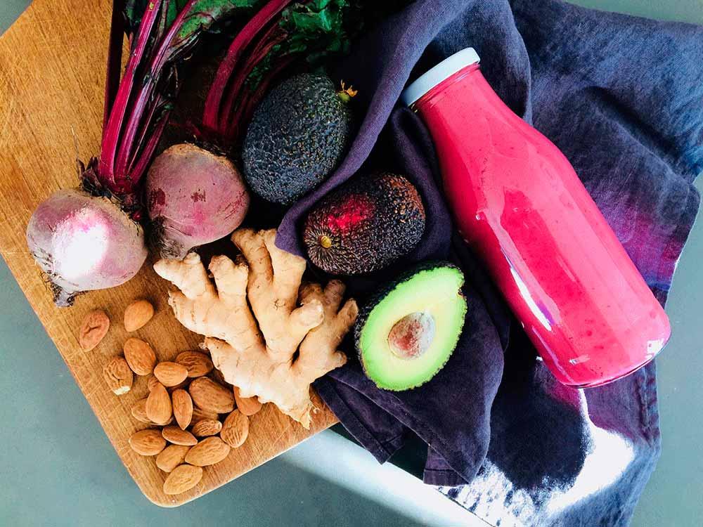 Crema recuperadora de remolacha, judías, jengibre y chips de coco
