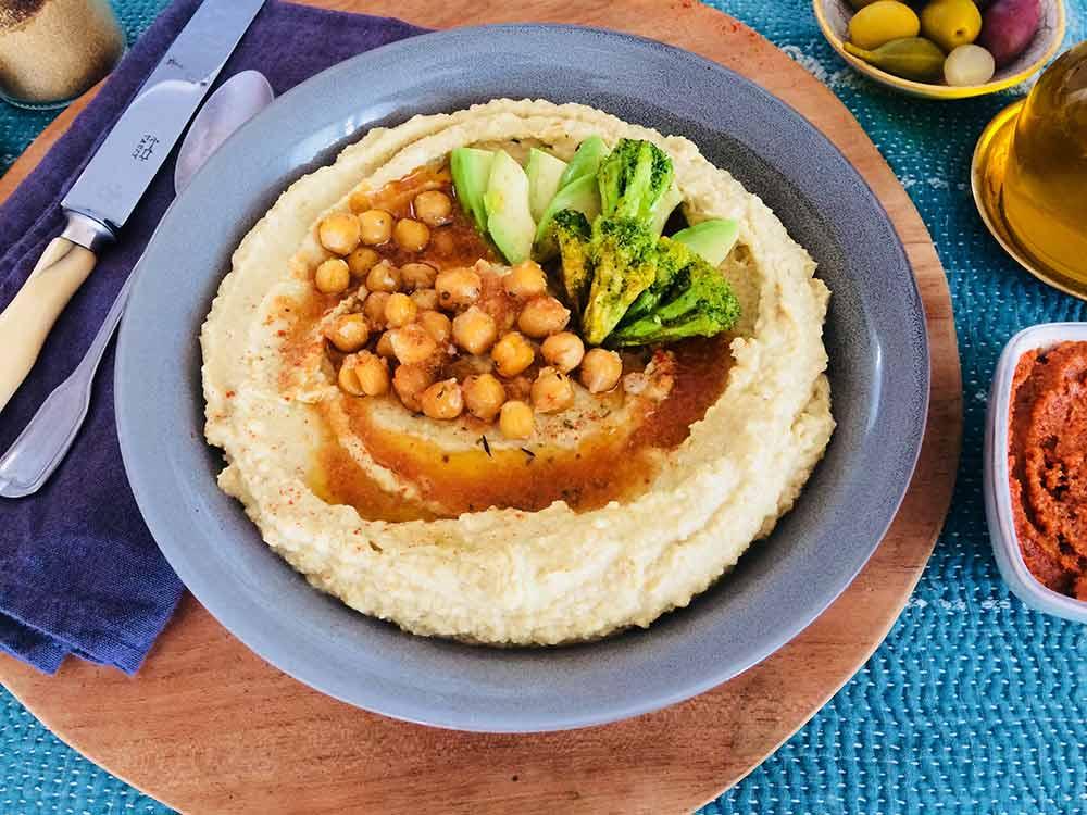 Hummus con extra de amor y bonus de sabor con aliño de pesto rojo picante