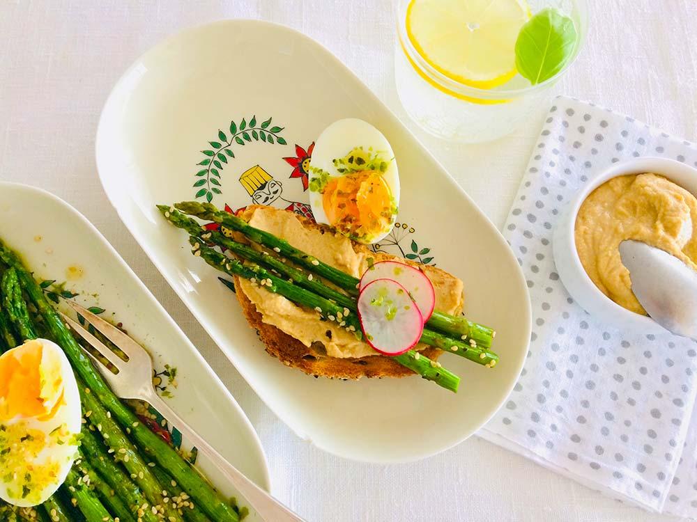Espárragos para un verano sano y feliz con salsa probiótica y huevo 'à la coque'