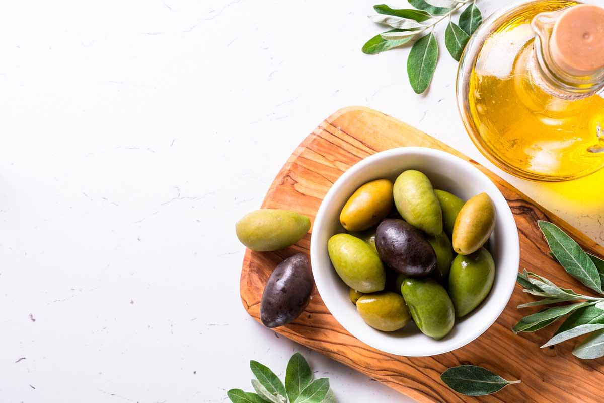 Existen muchas variedades de olivas con colores, formas y tamaños muy distintos