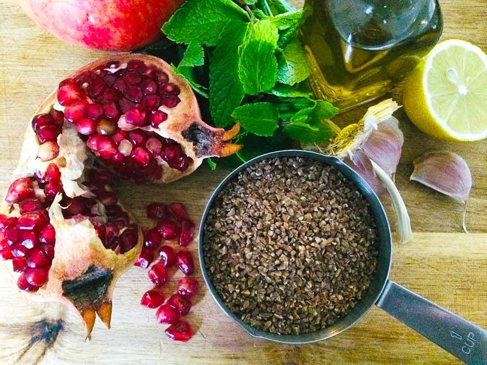 """Kisir turco de bulgur con menta, granada antioxidante y salsa """"Perdición de macadamia"""""""