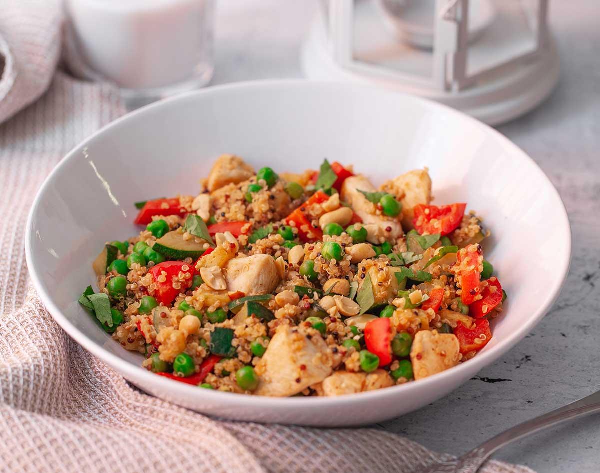 cena saludable con quinoa, pollo y guisantes