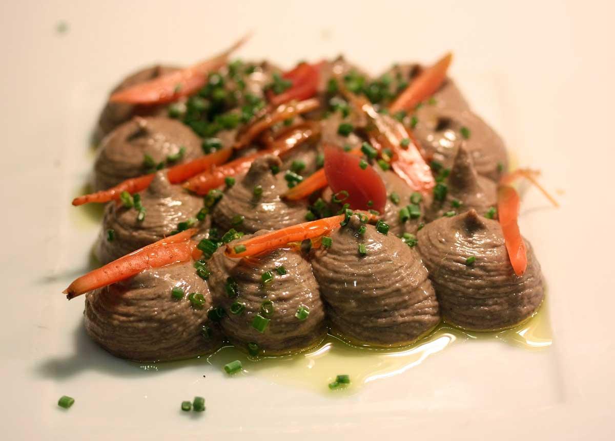 Hummus de judía y ajos negros con verduritas mini