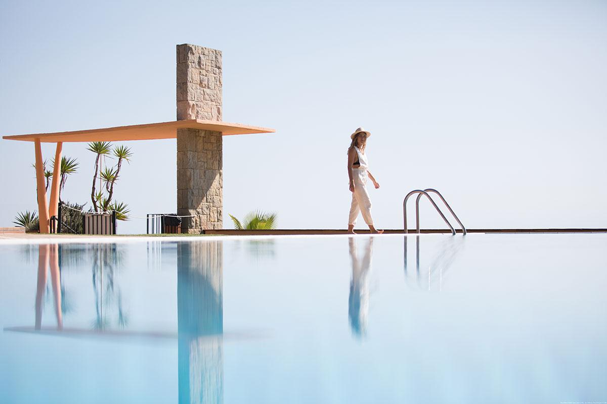 Piscina del Hotel Santa Marta. Comida mediterránea y vegetariana en la Costa Brava