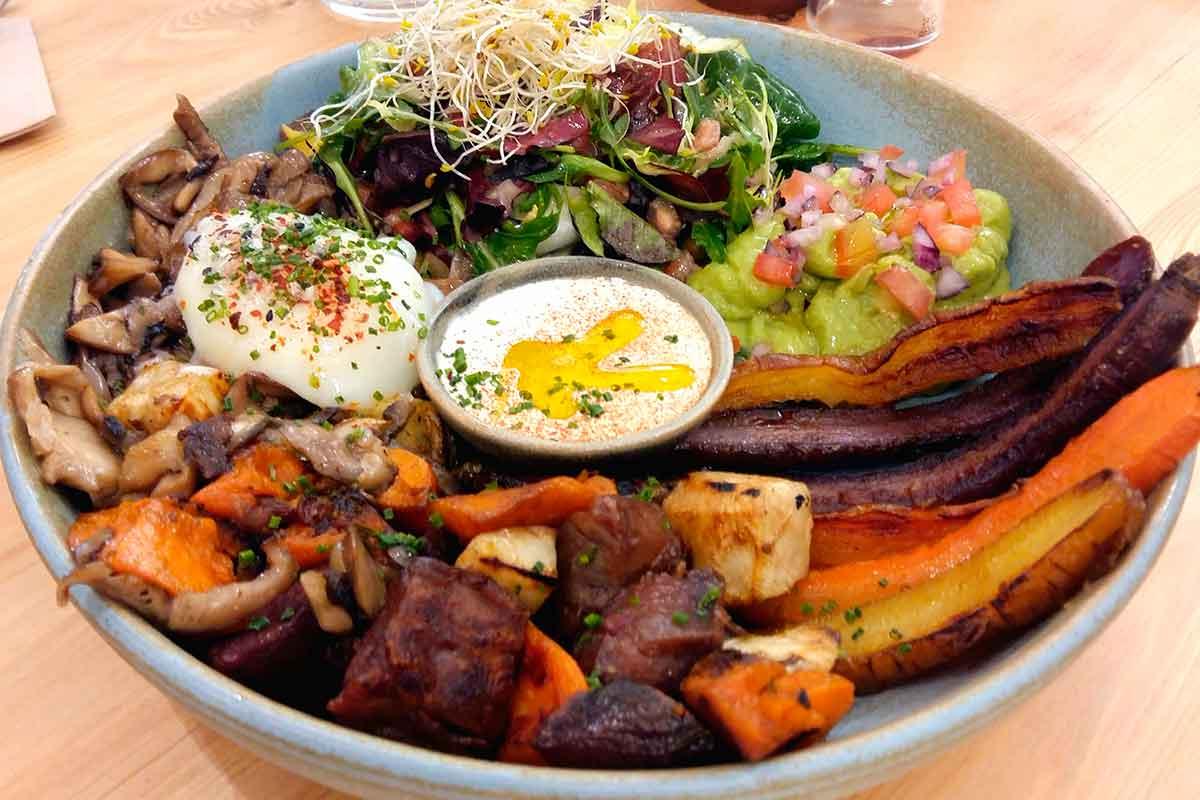 Bowl saludable en restaurante Barcelona