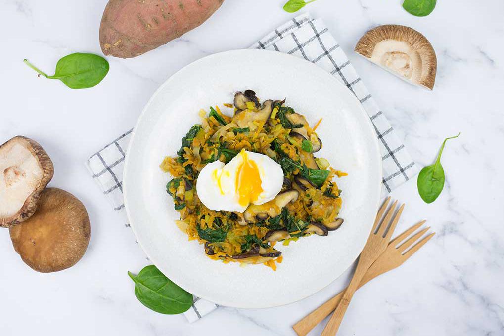 Plato de verduras, boniato y huevo pasado por agua