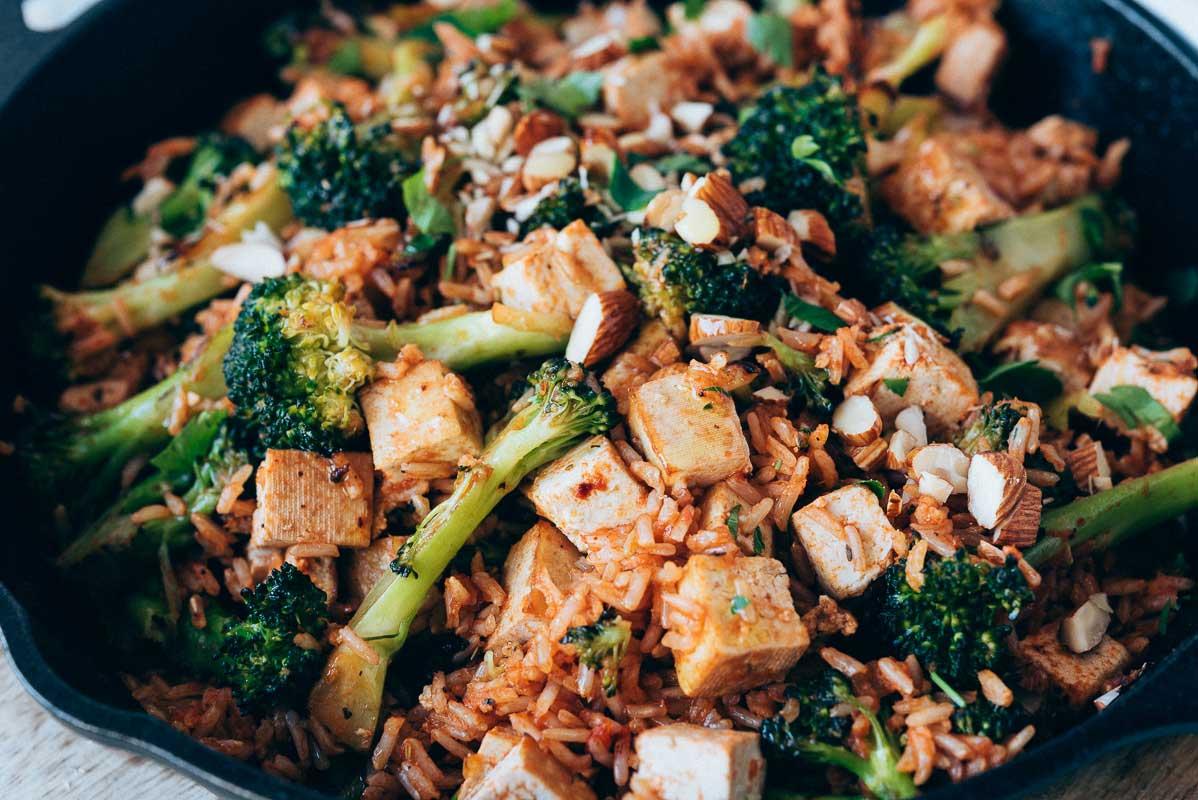 Arroz basmati salteado con brócoli y tofu ahumado Isa Delicias Kitchen
