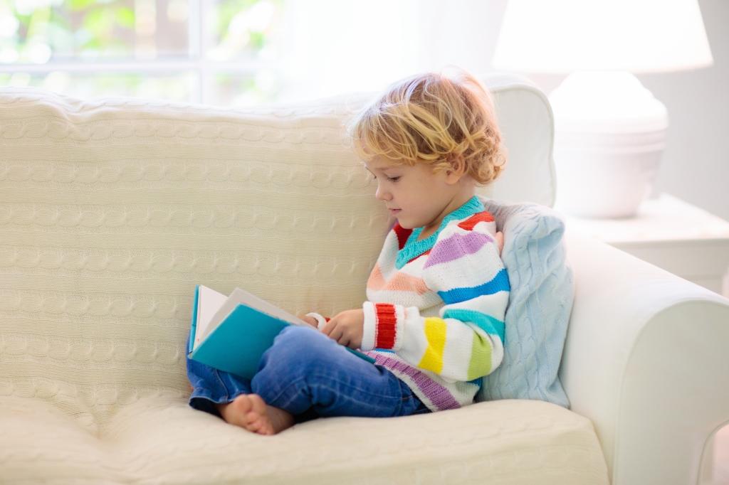 Niño leyendo tranquilamente