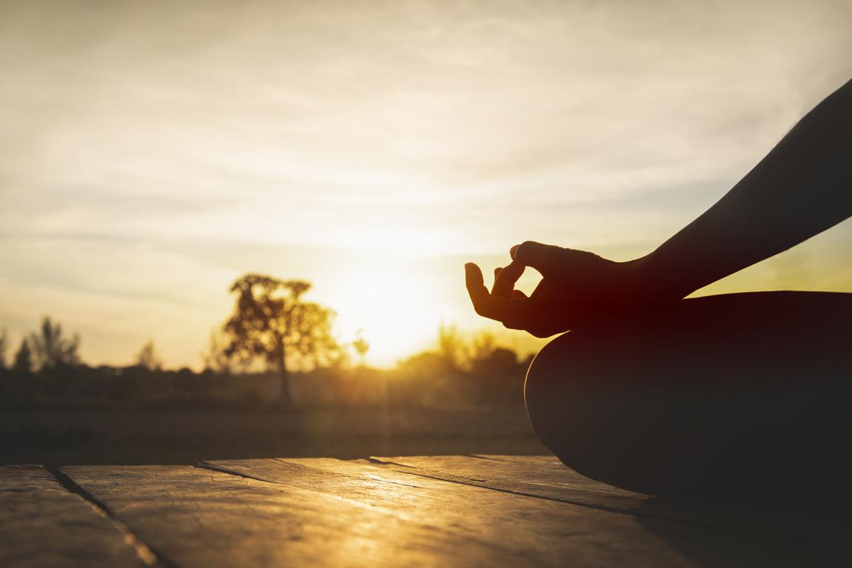 yoga calma puesta de sol