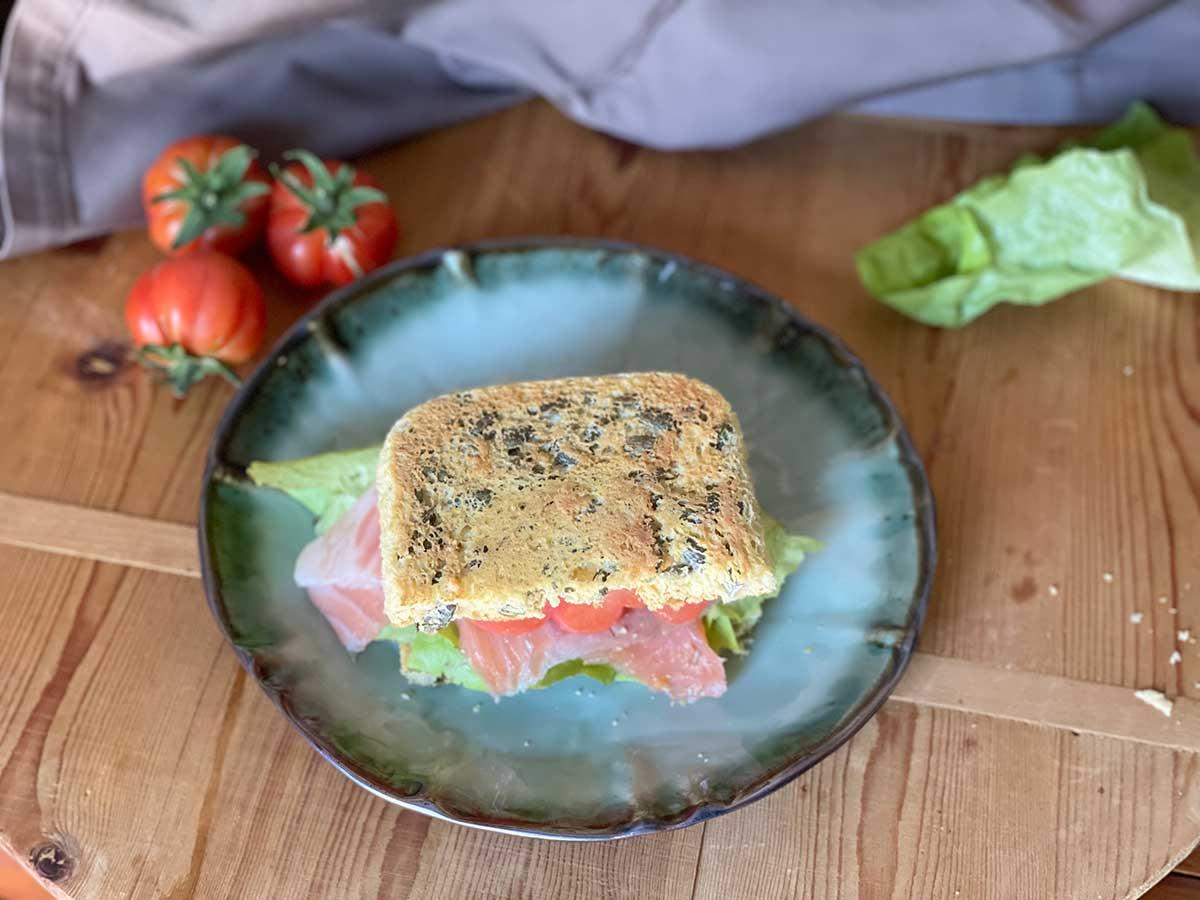sandwich low carb cob tomate y salmón