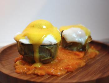 Huevos Benedict sobre alcachofa con puré de calabaza asada y salsa holandesa