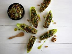 Endibias rellenas con picadillo de vegetales, aguacate y nueces