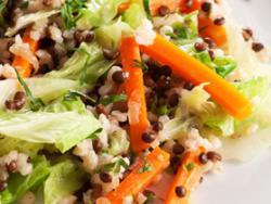 Arroz integral de zanahoria, col y cebolla