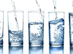 Cocina con agua mineral, no del grifo