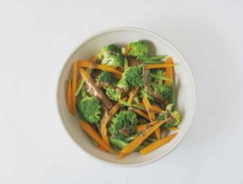 Ensalada verde de invierno con verduras escaldadas y vinagreta de miso