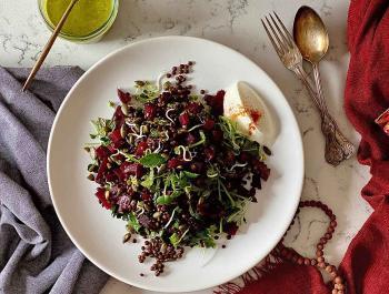 Ensalada tibia de lentejas beluga, remolacha asada y germinados con una vinagreta de cilantro