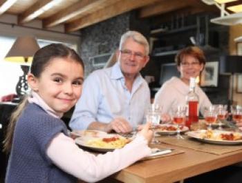 ¿Los niños comen con la abuela?