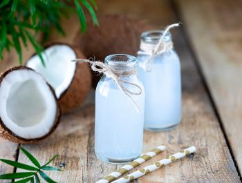 El agua de coco, la mejor alternativa para este verano