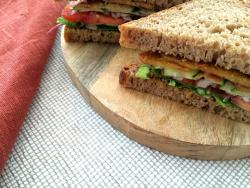 Bocata bacon-cheese vegano, rico, sabroso e irresistible