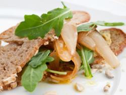 Bocadillo de aceituna verde, rúcula y cebolla confitada