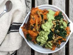 Boniato relleno de rebozuelos y kale con salsa de aguacate