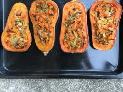 Calabaza rellena de verduras y levadura nutricional
