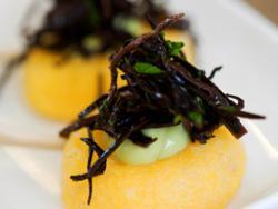 Canapé de polenta con mayonesa de aguacate y caviar de arame