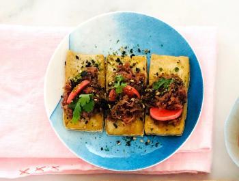 Canapés de tofu con miso de zanahoria morada
