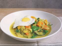 Curry de verduras con huevo a la plancha